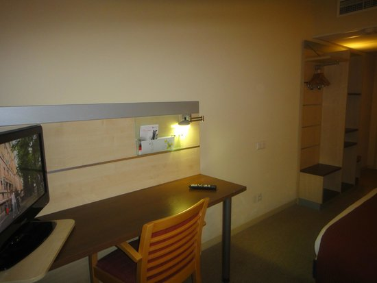 Holiday Inn Express Grenoble - Bernin: Desk & TV