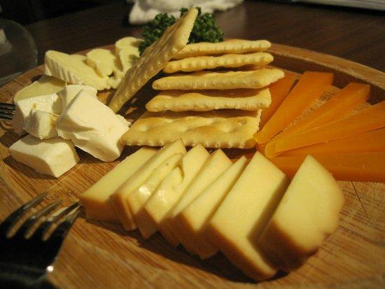Okinawa Bucchyaman: 3種のチーズの盛り合わせ