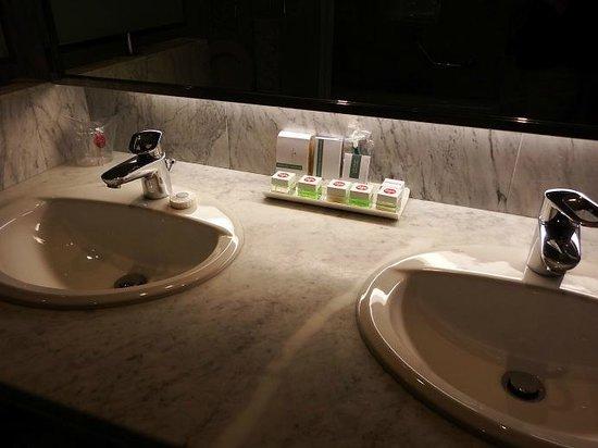 Palafox Hotel : particolare del bagno
