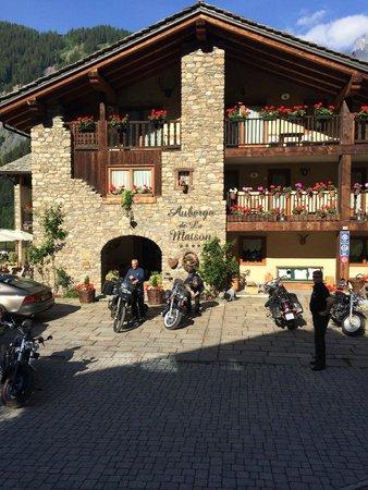 Auberge de la Maison: Hotelansicht Haupteingang