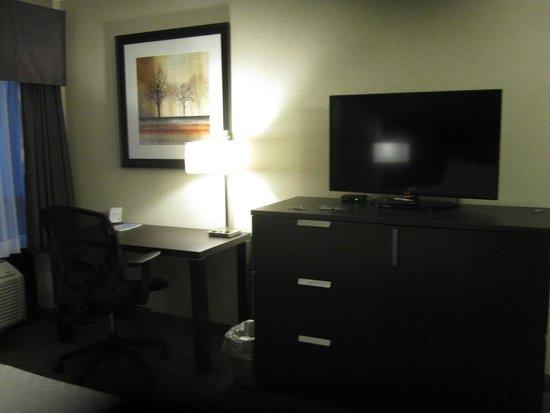 Stonecroft Inn: Room TV & Desk