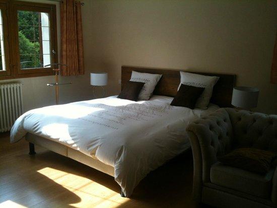 Maison D'Hotes La Pommeraie: Lit king size chambre shanti