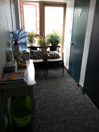 Myeongdong Eco Guesthouse: Free mineral water, tea n coffee at every level
