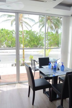 Airport Beach Hotel: Restaurant