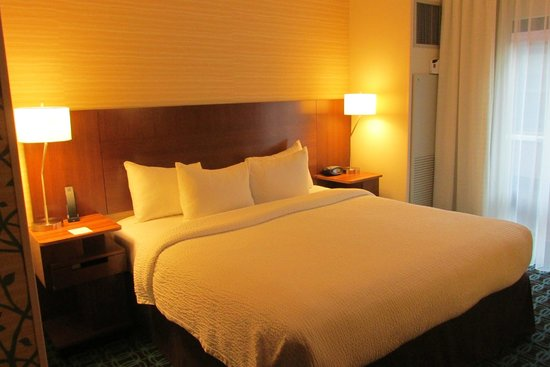 Fairfield Inn & Suites Chicago Downtown/River North: VERY nice room with great bedding