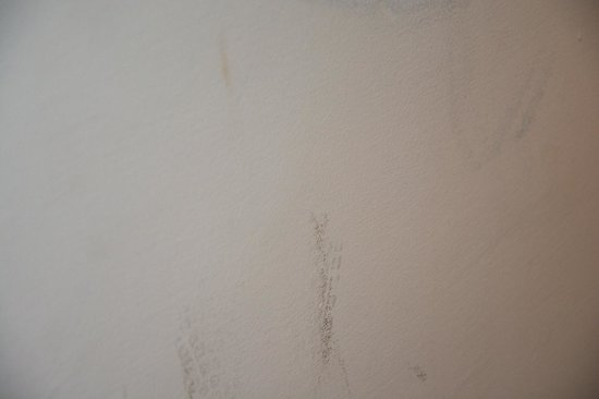 Park Hotel : Marks on the walls