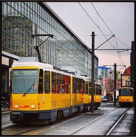 A&O Berlin Kolumbus: Tram M6 vicino all Hotel Kolumbus
