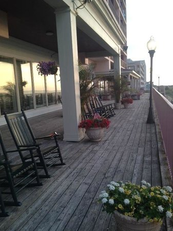 Dunes Manor Hotel & Suites : rocking chairs on the deck