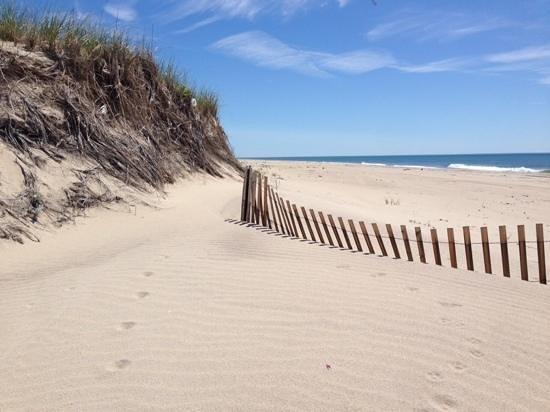 White Sands Resort: beach area