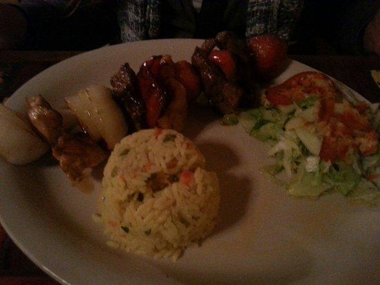 El Fogon de la Abuela Restaurant: Pincho de carne con arroz. Delicioso!