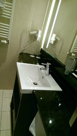 InterCityHotel Mannheim: Bathroom is very Clean and also big