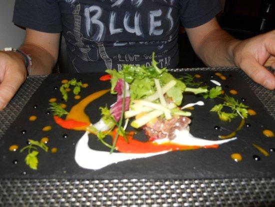 Le Passionne: Tartare di tonno con melograno alla salsa di mango (entrée)