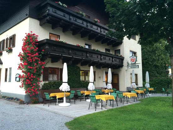 Gastehaus Bleiweis-Zehentner: Outside with restaurant