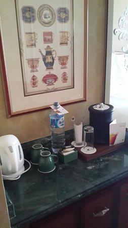JW Marriott Hotel Surabaya: Minibar