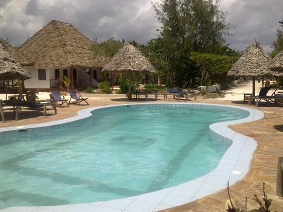 Mbuyuni Beach Village: piscina
