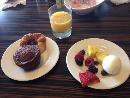 Hilton Baltimore: Continental breakfast in the executive lounge