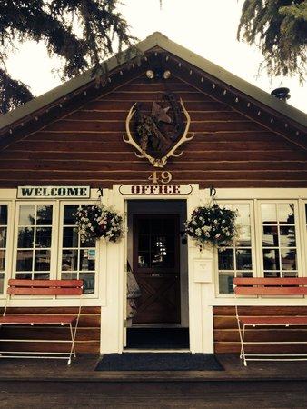 The Log Cabin Motel: Quaint office
