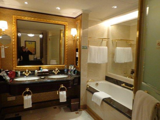 Grand Central Hotel Shanghai: Banheiro do quarto executivo