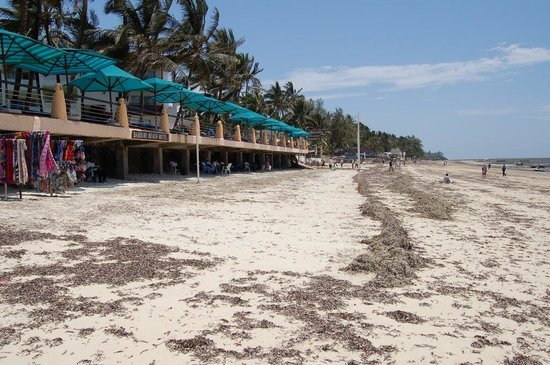 Bamburi Beach Hotel: Terrasse de l'hôtel vue de la plage