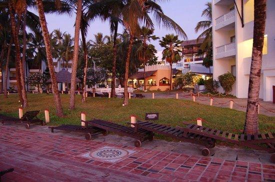 Bamburi Beach Hotel: espace entre la terrasse et l'hôtel