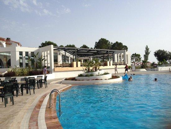 NOA Hotels Oludeniz Resort Hotel: Pool und Restaurant