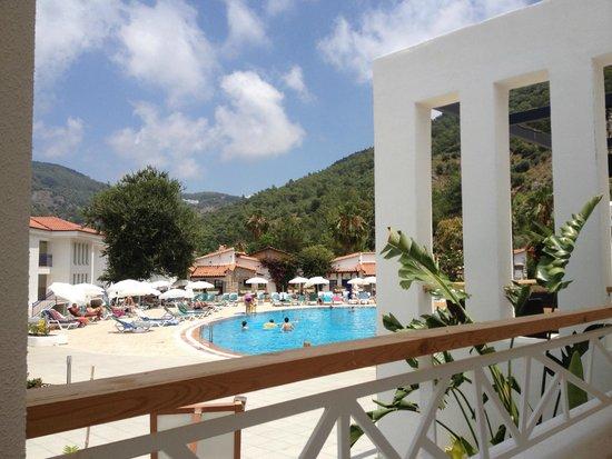 NOA Hotels Oludeniz Resort Hotel: Blick vom Restaurant zum Pool