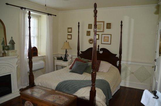 1777 Americana Inn Bed & Breakfast : Garden Window