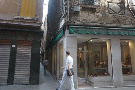 Antico Panada: ホテルへの最後の路地の入口