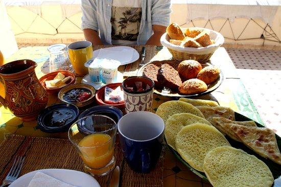 Riad Maison Belbaraka: Frühstück auf der Dachterrasse
