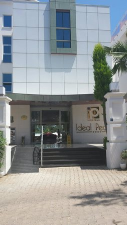 Ideal Pearl Hotel : Front of hotel
