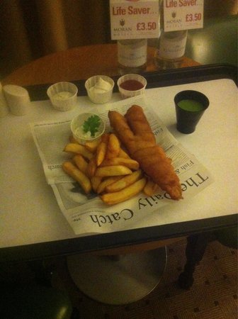 Clayton Crown Hotel: Room service-fish and chips!