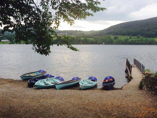 Waterside House Campsite: Pretty lake