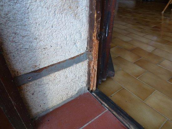 Hotel Podgorka: Rotten woodwork