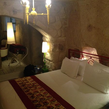 Hezen Cave Hotel: The room