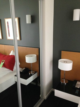 Adina Apartment Hotels Copenhagen: The wardrobe with mirror cover in the bedroom