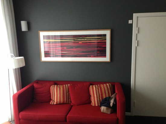 Adina Apartment Hotels Copenhagen: The couch and the frame above