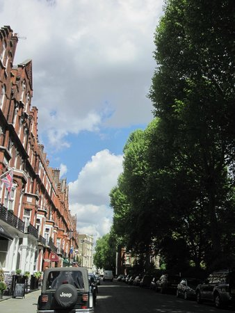 BEST WESTERN Burns Hotel Kensington: Looking up the street to the hotel