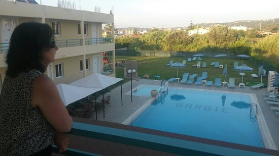 Barbie Hotel: Uitkijk op het zwembad