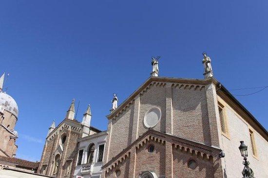 Basilica di Sant'Antonio - Basilica del Santo: Céu azul de primavera
