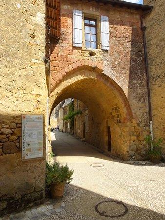 Cloitre de Cadouin: une des portes du village