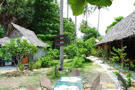 Fisherman's Cottage: Garden, bar, dinning area