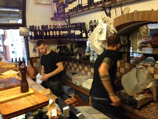 All' Antico Vinaio : Making his favorite sandwich for us