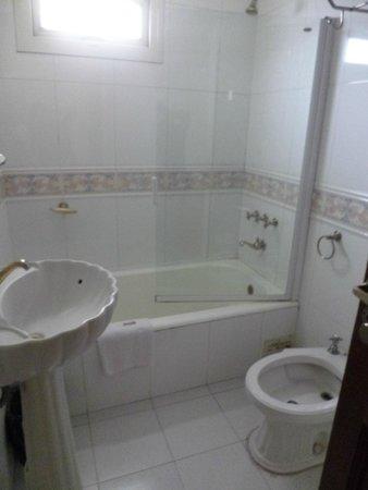 Salles Hotel : baño incluye secador de pelo y toallas limpias