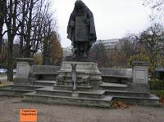 """Museo Marmottan Monet: По пути от метро к музею можно """"встретить"""" Лафонтена."""