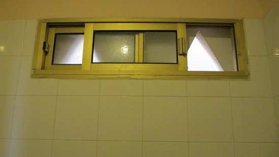 Kn Columbus Aparthotel: Bathroom window