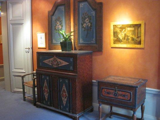 Lady Hamilton Hotel : Lovely furnishings/wall decor in hotel hallways