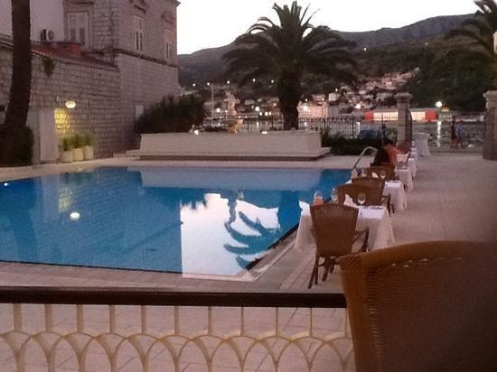 Hotel Lapad: poolside at night