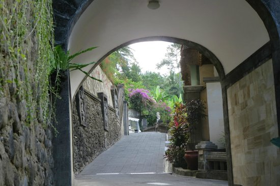 Viceroy Bali: on the way to our villa