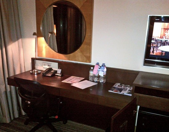 Amara Singapore Hotel: desk space