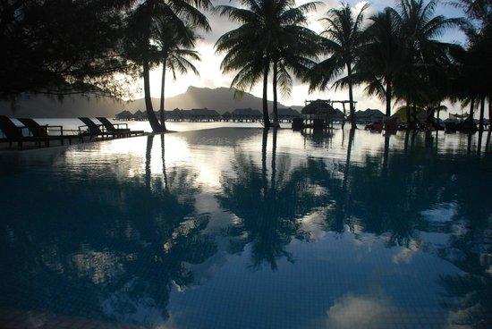 InterContinental Bora Bora Resort & Thalasso Spa : Sunset by the pool